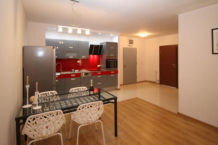 Dizajn kuchyne s červenou farbou